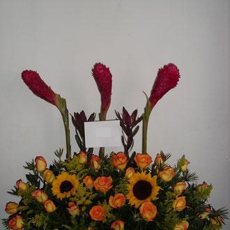 REF. 18 ARREGLO EN ROSAS DE COLOR TRAVIATAS,YINYER,2 GIRASOLES ELABORADO SOBRE BASE CORTEZA DE MADERA.
