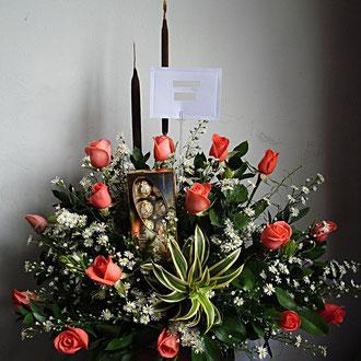 REF. 27 ARREGLO EN ROSAS SALMON,ENEAS  Y CHOCOLATES ELABORADO SOBRE BASE DE MADERA.