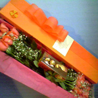REF. 22 CAJA DECORADA ROSAS SALMON Y CHOCOLATES PAPEL SEDA.