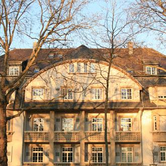Wie diese Villa in der Oststadt beweist: Den Ruf ausschließlich aus gesichtslosen Zweckbauten zu bestehen, hat Mannheim nicht verdient. Die Stadt hat zahlreiche prachtvolle Bauten und alte Siedlungen, wie in der Gartenstadt oder auf dem Almenhof