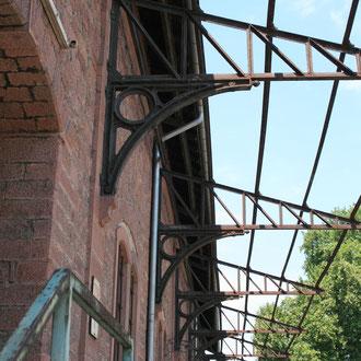 zahlreiche historische Güterhallen auf der gleichnamigen Straße