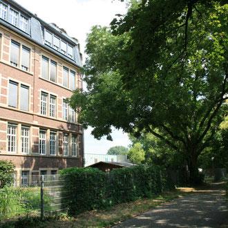 Uhlandschule in der Geibelstraße 6 / Ecke Lange Rötterstraße mit Blick in den Melanchthonweg