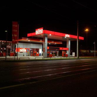 """Philip Schütz, """"26 Grazer Tankstellen bei Nacht"""", 2018"""