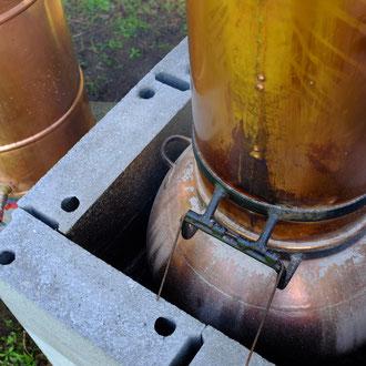 De la cendre permet de faire l'étanchéité entre le ventre et la colonne de l'alambic