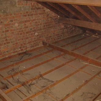 Les combles non accessibles où on voit l'envers des plafonds sur la chambre, le séjour et la cuisine.