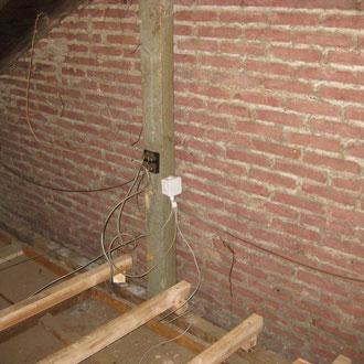 Une installation électrique vétuste et des fils téléphoniques partout.