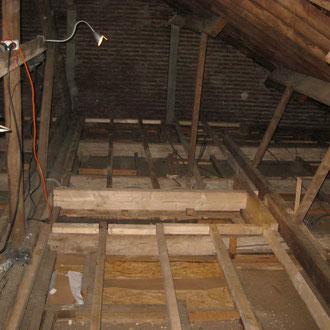 On commence à mettre les gites d'un plancher au centre du grenier.