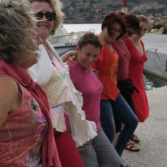 une danse imporvisée en attendant le poisson grillé sur le port.