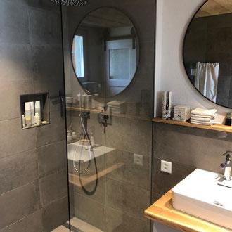 Badezimmer mit Abstellnische und bodenebener Dusche von peterkeramik GmbH bei Thun