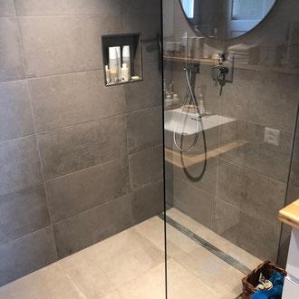 barrierefreie Dusche mit grosszügigem, pflegeleichtem Plattenbelag von peterkeramik