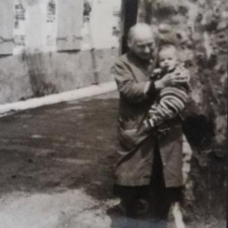 Marie Marguerie Malet (84 ans) avec son arrière petit-fils Ludovic