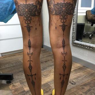 Symmetrisches Linework auf beiden Beinen