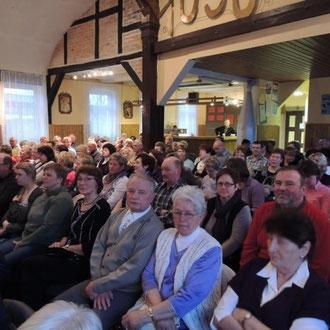 Bis auf den letzten Platz ist der Saal mit den neugierigen Gästen gefüllt die wie jedes Jahr mit tosendem Applaus die Künstler feiern.