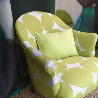 fauteuil crapaud recouvert d'un tissu contemporain cercles déstructurés