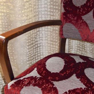 fauteuil bridge tapissé d'un velours larges cercles