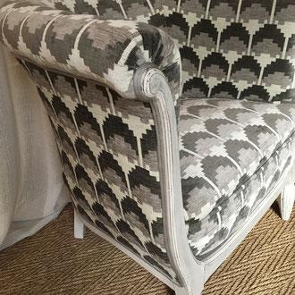 fauteuil tonneau recouvert d'un velours chenille jacquard