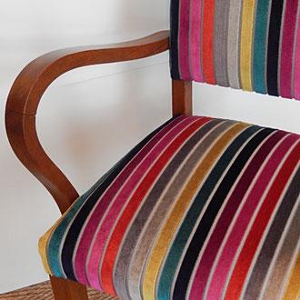 fauteuil bridge recouvert d'un velours rayé multicolor