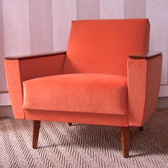fauteuil art deco recouvert d'un velours orange acrylique très mat