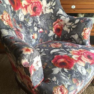 fauteuil crapaud recouvert d'un velours sièges mat style british