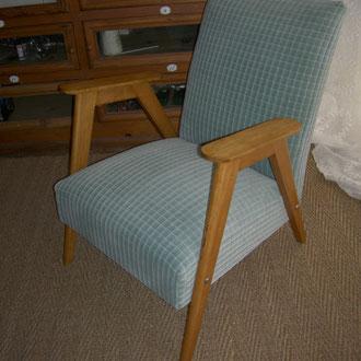 fauteuil scandinave recouvert d'un velours aspect carreaux