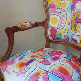 fauteuil cabriolet relooké d'un coton imprimé street art