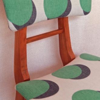 chaise années 50 recouverte d'un coton imprimé ronds, style années 50