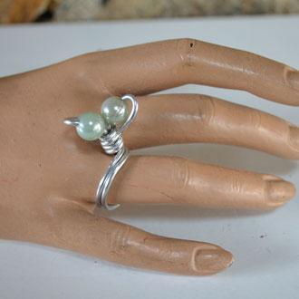 Ring aus Aludraht und einem Musterknopf. Unikat, Handarbeit. Design by Zeitzeugen-Manufactur. 5,00 €