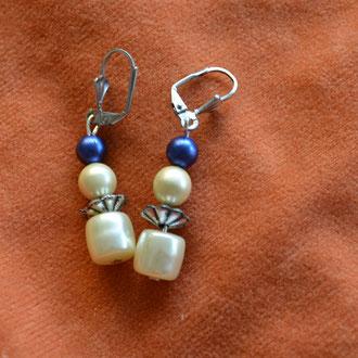 Modeschmuck Ohrhänger, Unikat aus Perlweißen Kunstperlen und kleinen blauen Perlen. Handarbeit, Design by Zeitzeugen-Manufactur. Preis: 3,20 €