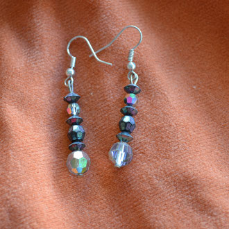Modeschmuck Ohrhänger aus alten, schillernden Glas Perlen. Handarbeit und Design by Zeitzeugen-Manufactur. Preis: 3,10 €