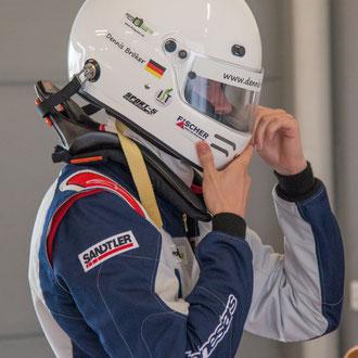 Rennfahrer Dennis Bröker aus Bad Salzuflen Sponsoren auf Helm