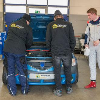 Das Pfister-Racing Team beim letzten technischen Check vor dem Training