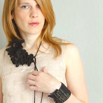 Veloursleder-Kette mit Blüten aus antiker, japanischer Kimono-Seide und schwarzen Perlen, handbedruckte Seiden-Armmanschette mit Vintage-Pailletten