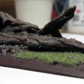 Hier leigt nur noch die Rinde vom Baum auf dem Boden. Ein Angebrochenes Stück ragt nach oben.