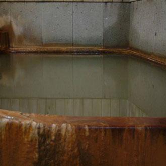 湯の花のついた浴槽