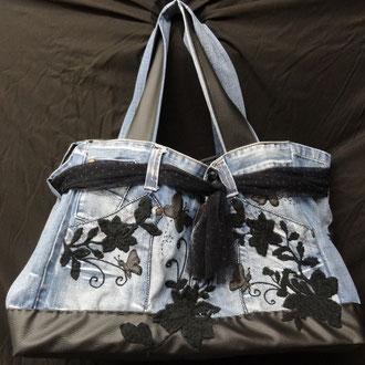 Maxi crazy jeans appliqué fleurs de dentelle noir - Fond : 44 cm x 19 cm  - Hauteur : 27cm - 120 euro