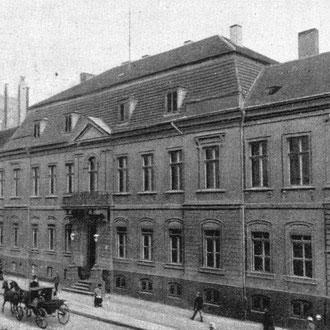 El verano de 1825, la familia Mendelssohn se trasladó a una mansión en el número 3 de Leipziger Straße, a las afueras de Berlín (vista de la casa en 1900).