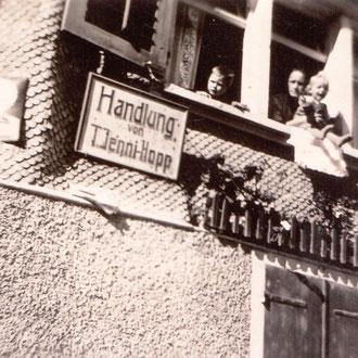 Handlung Jenni unterhalb Bären mit Anna Jenny-Knobel, Ruedi Knobel und deren Mutter (ca. 1940)