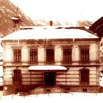 Schulhaus mit Zwiebeltürmchen, zVg von Familie Andres Dürst