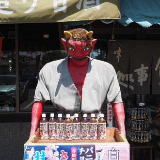 吉備津神社の門前で鬼の出迎え