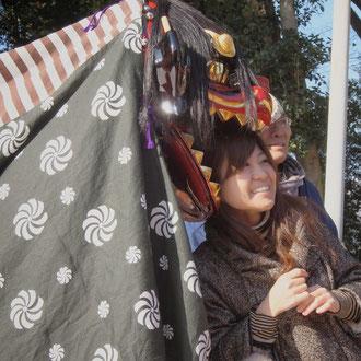 獅子にかぶられるとサチがくる。吉備津彦神社の正月行事。