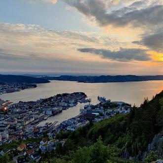 Ausblick auf Bergen vom Stadtberg Fløyen am Abend