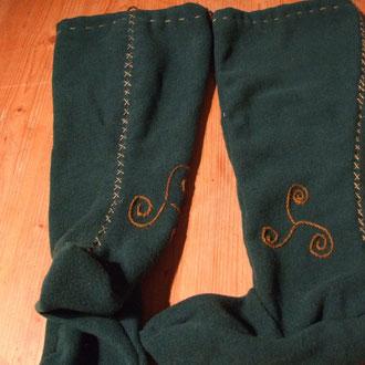 Handgenähte und bestickte Strümpfe aus dickem Loden