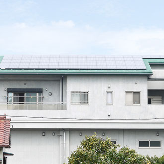 常勝閣の屋根の太陽光パネル