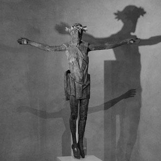 Dieses Bild zeigt eine Christus-Skulptur in der Goslarer Kirche. Das Foto entstand zur Weihnachtszeit und wurde ohne Blitz mit hoher Iso aufgenommen. Hierbei haben mich besonders die Schattenspiele (Shadow on the Wall) an der Wand fasziniert.