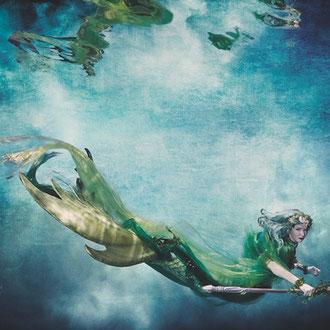 Mermaid mit surrealem Hintergrund