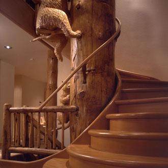 Massivholztreppe Wendeltreppe mit geschnitzten Tieren, Holzskulpturen