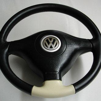 Volant cuir grainé noir et beige coutures noires et beiges VW Golf 4, points de croix