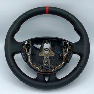 Volant Clio 3 RS cuir nappa lisse et perforé noir, bande de rappel nappa lisse rouge, point de croix, fil rouge