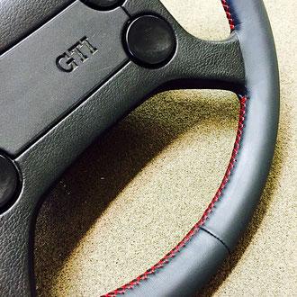 Volant cuir nappa noir coutures rouges VW Golf MK1 GTI, points de croix