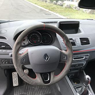 Volant Renault Megane RS alcantara noir, point losange, fil rouge